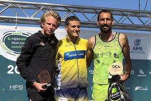 Ole-Petter Fjeld (til venstre) på pallen etter å ha tatt en 2. plass på 10 km i Las Palmas. (Foto: Nils-Johan Fjeld)