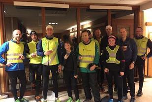 De fleste av de 16 gå-joggerne med næringsvett samlet i Prestrudhallen etter endt dyst. (Foto: Bente Sund Langøigjelten)