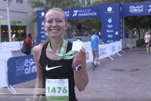Anne Murvold i mål som vinner av Muskat halvmaraton på tiden 1.33.39 (Foto: Muskat Marathon/Facebook).