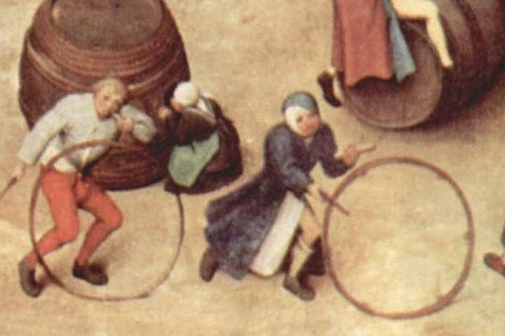 Lekende barn som slår på hjul i Nederland 1560. Utsnitt fra maleriet «Barneleker» av Pieter Bruegel den eldre.  (Kilde: Wikipedia)