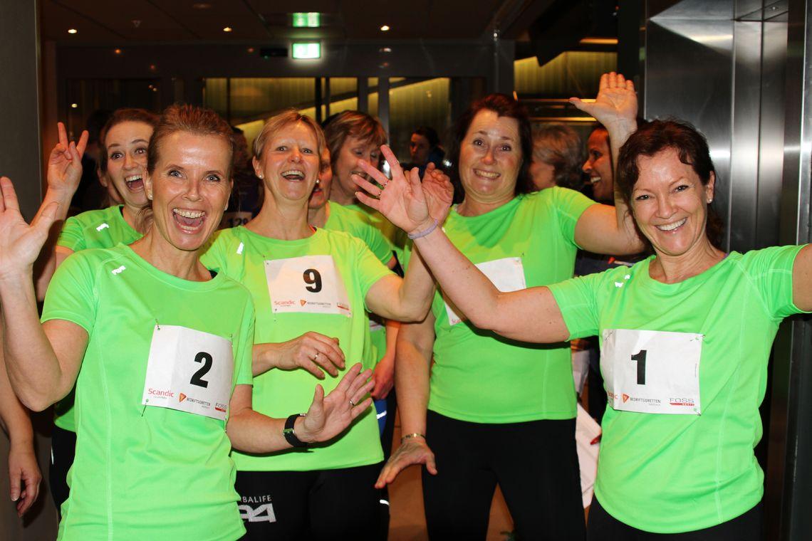 De grønne kvinnene fra 24Fitclub  Lilelstrøm og Skedsmokorset er klare for 200 trappetrinn opp til øverste etasje på Scandic Portalen. (Foto: Olav Engen)