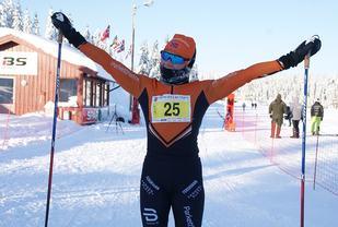 Marthe Kristine Hafsahl Karset kune juble for seier i kvinneklassen og storeslem til Vang Skiløperforeing og Team Parkettpartner etter 42,5 km på trått jobbeføre på Hedmarksvidda lørdag. (Foto: Stein Arne Negård)