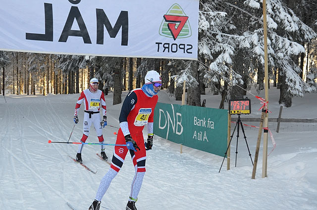Pål Golberg, Gol IL krysser mållinja først, etter at Joar Htlee har dratt hele rennet. Foto: Knut Ording