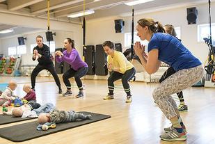 Nybakte mødre, som Solfrid Braathen Malme (til høyre), har tatt med seg sine barn på trening. Solfrid vil i neste nummer av Kondis skrive mer om det å trene med små barn. (Foto: Bjørn Johannessen)