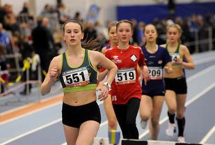Siri Gamst Glittenberg tar ledelsen på 1500-meteren med de yngste jentene, like bak henne kommer Mathea Bråstad som går inn på en meget god tid for 13-åringer.
