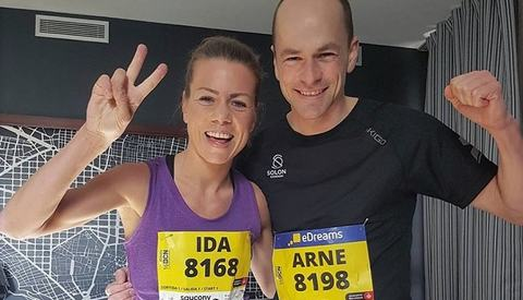 Ida Bergsløkken og Arne Post etter løpet i Katalonias hovedstad. (Foto: privat)
