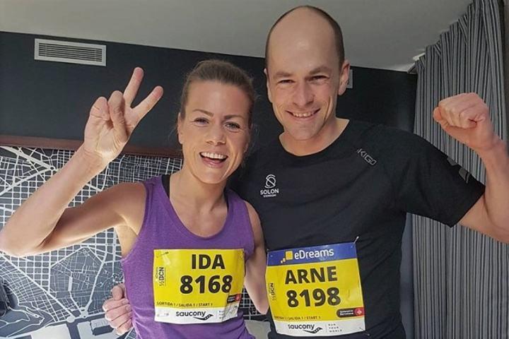 Ida Bergsløkken og Arne Post jubler over 1.15.38 i Barcelona halvmaraton 11.februar