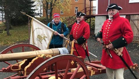 Hallgeir Martin Lundemo med kanon og mannskap som skal fyre av startskuddet i årets NM terrengultra i Meråker.