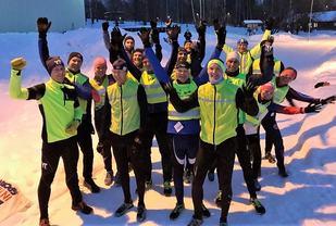 Stor stemning i feltet før start for de 16 aktive som skal ut på 4,1 km fra Prestrudhallen. (Foto: Pål-Erik Langøigjelten)