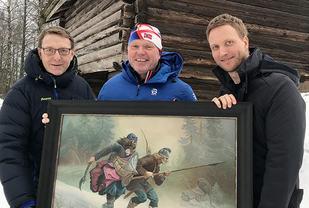 Håvard Lysaker, Tore Sandem og Erik Tresselt med Birkebeiner-bildet på Folkenborg Museum. (Foto: Erik Unaas)