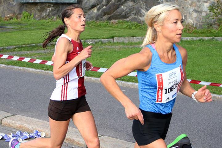 Anette Johnsen Hundere foran Jessica Gunnarsson i 10 for Grete i Oslo Maraton i fjor sommer. Foto: Runar Gilberg