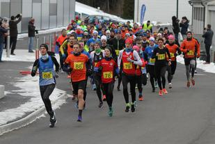 Starten på Egersund halvmaraton og 10km. Tom Erik Halvoresen(98) og Kristian Rød(86) har allerede tatt teten.  Foto: Thomas Hetland.
