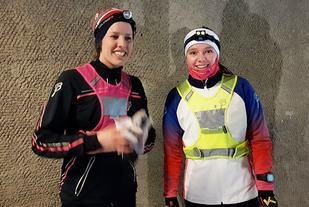 Dina Dæhli (til venstre) og Heidi Syversen etter endt dyst i Snøkuten tirsdag kveld. (Foto: Stein Arne Negård)