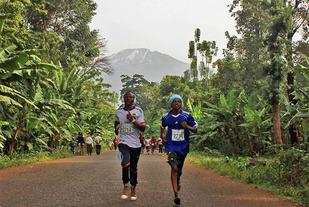 Løypa går ikke opp til Kilimanjaro, men den kjente fjelltoppen danner bakgrunnsteppe for løpet. (Foto: arrangøren)