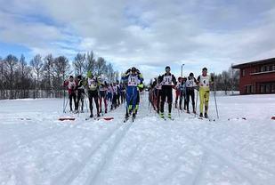 Fellesstarten på Gjettjønna på Røros med 37 løpere i aktive klasser på de to distansene. (Arrangørfoto)