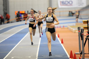 Sigrid Wahlberg fra Ranheim IL løper først i mål og kan nå kalle seg ungdomsmester på 800 meter.