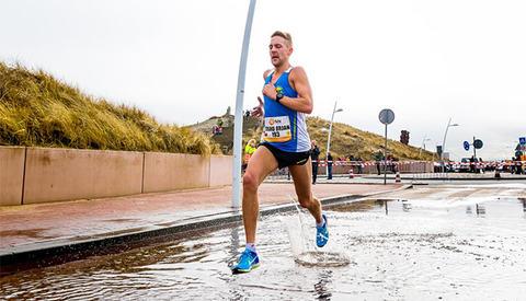 Trond Ørjan Eide lot seg ikke stanse av vanndammer og løp i mål på 1.06.47. (Foto: arrangøren, Luka de Kruijf)