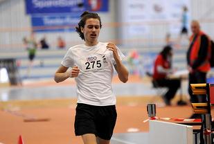 Favoritten Sondre Martinsen klemte til fra 900 meter og holdt tempoet inn til mål.