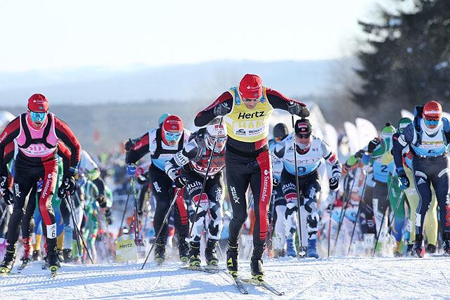 Starten: Tord Asle Gjerdalen med den gule ledertrøya i Ski Classic er raskest opp den første bakken etter start. Foto: Geir Olsen