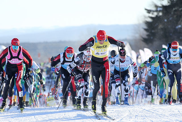 Starten: Tord Asle Gjerdalen med den gule ledertrøya er først opp den første bakken etter start. Foto: Geir Olsen