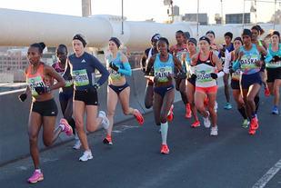 Karoline Bjerkeli Grøvdal, som her ligger på andreplass, løp offensivt og ble til slutt nummer tre i New York Halvmaraton. (Foto: arrangøren)