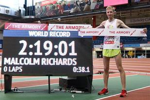 Malcolm Richards kunne juble for ny verdensrekord på maraton innendørs. (Foto: arrangøren)