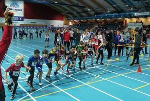 Fra starten for det aller første av hele 28 heat på 600 m i 18 forskjellige aldersklasser i Stangehallen lørdag. (Arrangørfoto)