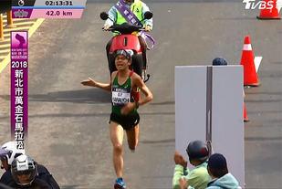 Yuki Kawauchi tok som vanlig ut absolutt alt da han stilte opp i - og vant - nok et maratonløp. (Foto: skjermdump fra streamingen)