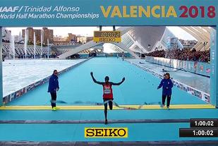 Geoffrey Kamworor tok sitt tredje VM-gull på halvmaraton. Han har også to fra VM terrengløp. (Foto: skjermdump fra streamingen)