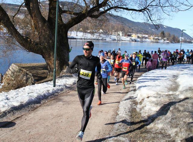 99 løpere setter fart ut fra start, aller fremst ligger Eirik Gundersen. Foto: Olav Engen