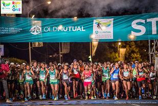 Halvmaratonløpet starta før det ble lyst, klokka 5.50 om morgenen. (Foto: arrangøren)