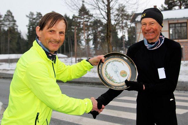 Ole Peter Bergaust fikk overrakt prisen på startstreken for sesongens første karuselløp av Hedmark-redaktøren for kondis.no, Rolf Bakken.