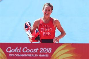 Flora Duffy løper inn som vinner av triatlonsprinten i Samveldelekene. (Foto: arrangøren)