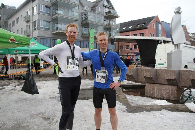 De to beste på maraton, Lars Lysbakken og Vegard Furulund, etter endt dyst i Holmestrands gater. (Foto: Geir-Morten Hansen)