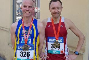 Perfekt dag. Praha Halvmaraton 1.13.43, men ikke i nærheten av tiden til romkameraten Bjørn Ivar Nilsen som løp på 1.09.21. To fornøyde typer, altså. (Jon Ilsengs egne ord etter løpet) (Foto: Privat)