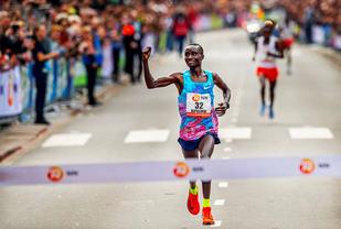 Kenneth Kipkemoi fra Kenya avslutta meget sterkt og vant på 2.05.44. (Foto: arrangøren)