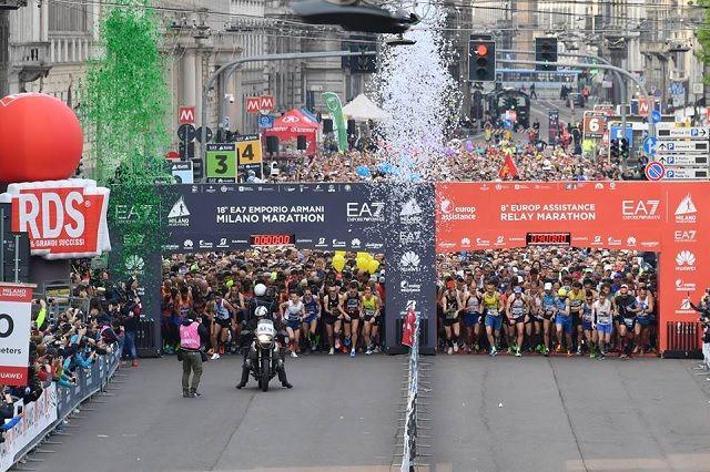 5553 maratonløpere og 2875 stafettlag er klare for 42 km gjennom Milanos gater (Arrangørfoto).