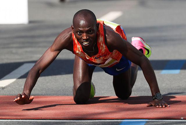 Michael Kunyaga ville til mål sjøl om han var tom for krefter. Dermed ble det ny pers og andreplass - med 3 sekunders margin. (Foto: photorun.net)