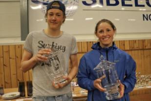 Vetle Uhre Hammersvik, Førde IL og Eli Karin Sjåstad Åsebø, Volda får holde på vandrepokalene. Foto: Martin Hauge-Nilsen