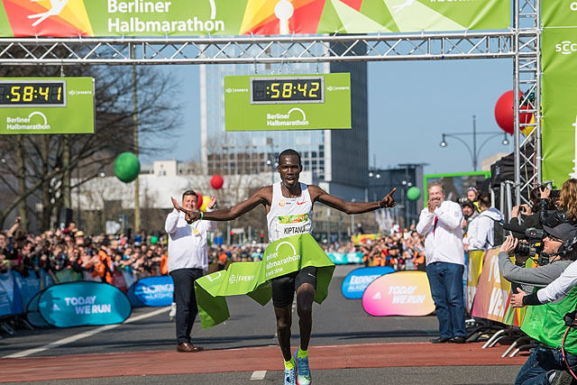 Erick Kiptanui, Kenya tangerte årsbeste i verden på halvmaraton i Berlin i helgen. Foto: SCC EVENTS Petko Baier
