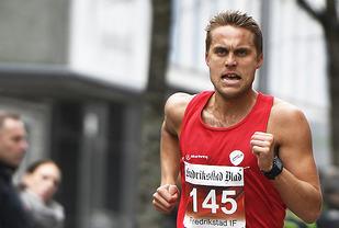 Ulrik Lolland på vei mot seier på 5 km i Fredrikstadløpet. I august er det NM-finale på 1500 m som står øverst på ønskelista til 25-åringen fra Moss. (Foto: Bjørn Johannessen)