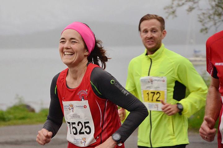 Laila Falck under halvmaraton i Midnight Sun Marathon i 2017.