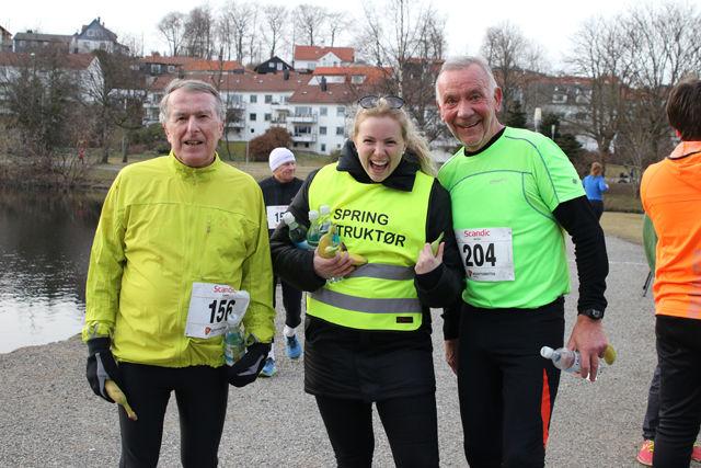 Løpsleder fra Bedriftidretten Benedikte Kallekleiv flankeres av Johs Slethaug og Thor Thorsen, ivrige karuselldeltagere