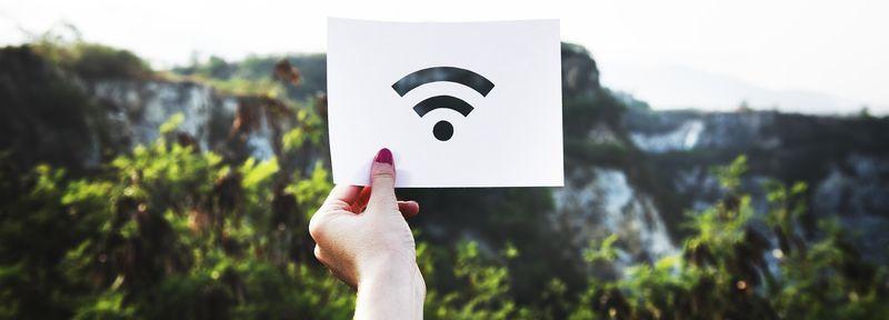 Bilde av hånd som holder opp wi-fi signal