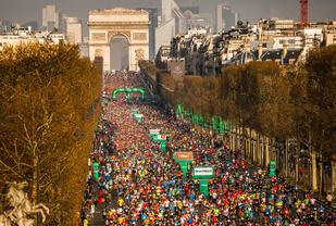 Fra starten av åretsløp, som var den 42. utgaven av Paris Marathon. Starten skjer på Champs Elysées (Foto: ASO)