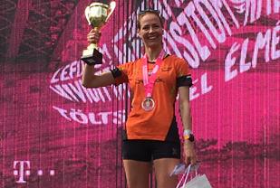 Sara Aarseth Jünger med pokalen for sin 2. plass. Foto Aarseth
