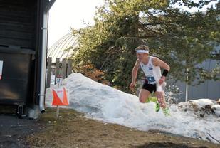 Vinner H17-20, Elias Øhman, Gjø-Vard OL, mot siste post så snøspruten står. (Foto: Stein Arne Negård)