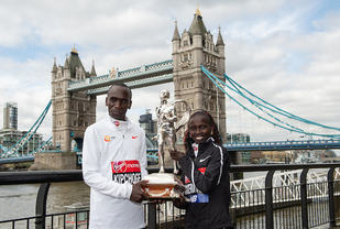 Eluid Kipchoge, Kenya vant sin tredje seier i London Marathon mens Vivian Cheruiyot tok sin første store maratonseier etter flere VM- og OL-gull i lange løp på bane. Foto: arrangøren
