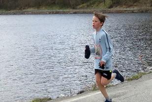 Johannes Løhaugen, 12 år. Snart er han like god som faren.... Langs Stordalsvatnet mot mål. (Foto: Olav Samland)