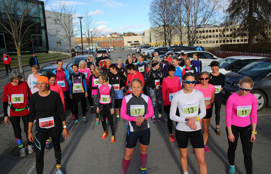 Fra starten for kvinnes klasse med tidtaging i fjorårets første løp. Da var det asfaltløp fra Kjeller, i år starter det med løp fra Lillestrøm friidrettsstadion. (Foto: Bjørn Hytjanstorp).